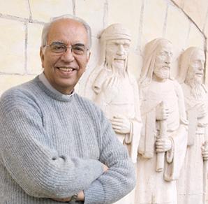 Foto do padre paulo de arruda d'elboux próximo as estátuas da capela da FEI