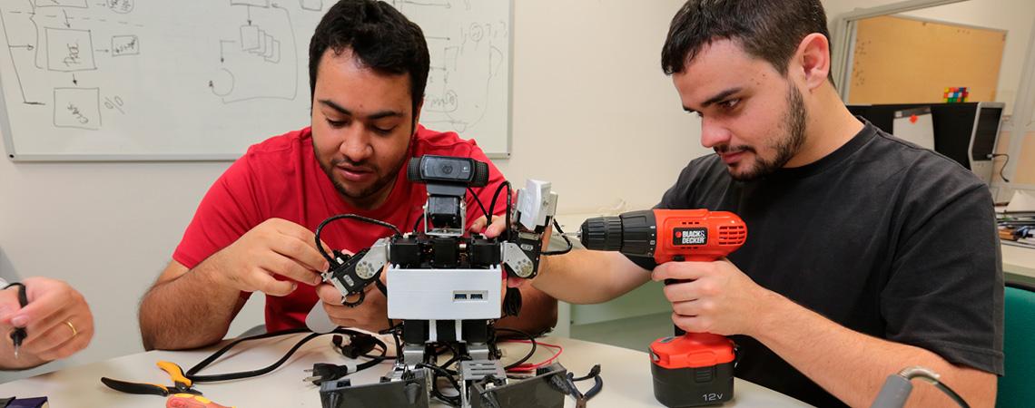 Alunos Montando o Robô Humanoide
